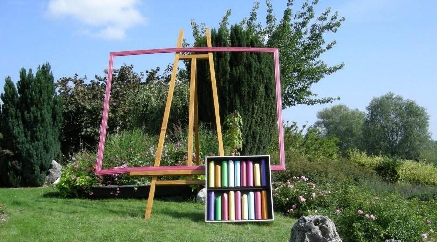 Chevalet et crayons pastels geants dans ce massif des bords de saone photo b j clp 1462194157 2